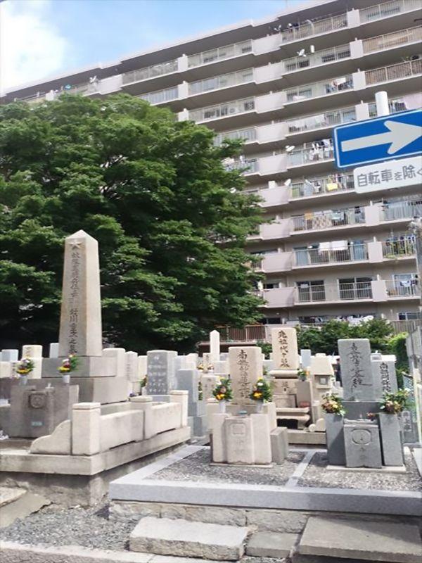 中茶屋明神墓地 住宅街に隣接した墓地