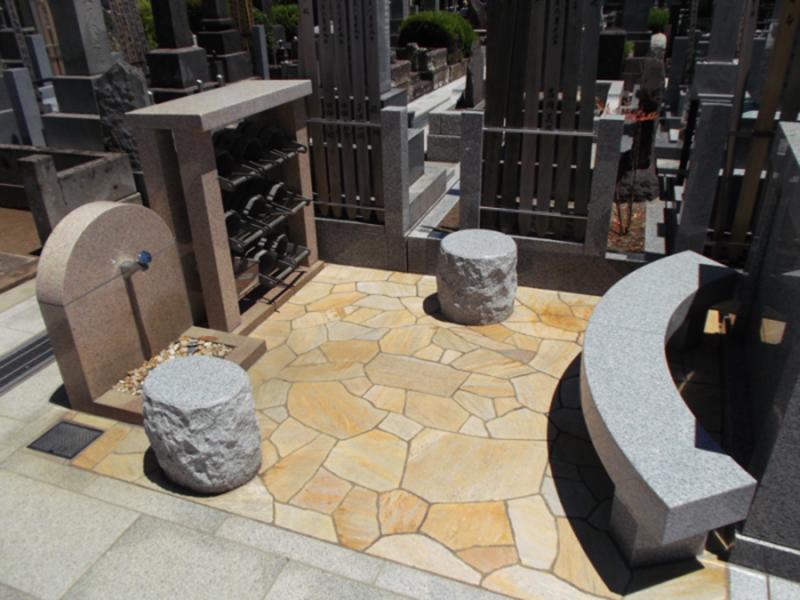 青山墓苑の水場と休憩するためのベンチ
