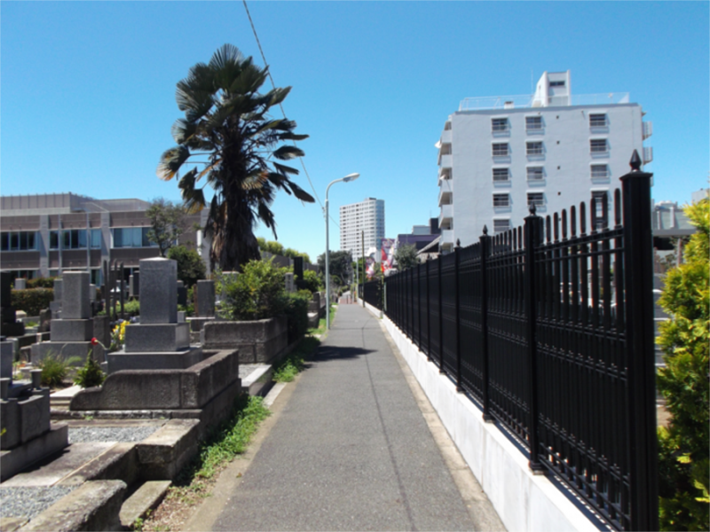 青山墓苑と小道を挟んで隣にある青山霊園