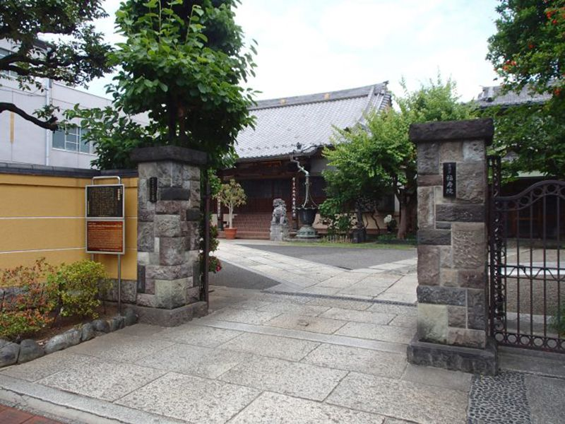 隅田川せせらぎ霊園 立派な門構えの山門と寺院