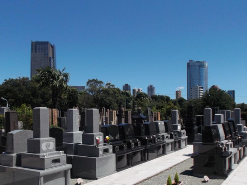 青山墓地の敷地から見る東京ミッドタウンと六本木ヒルズ
