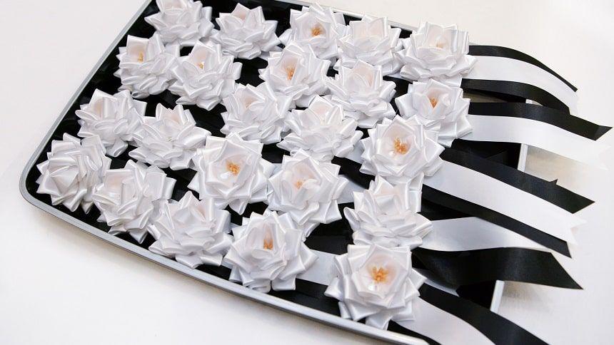 白いバラの喪章