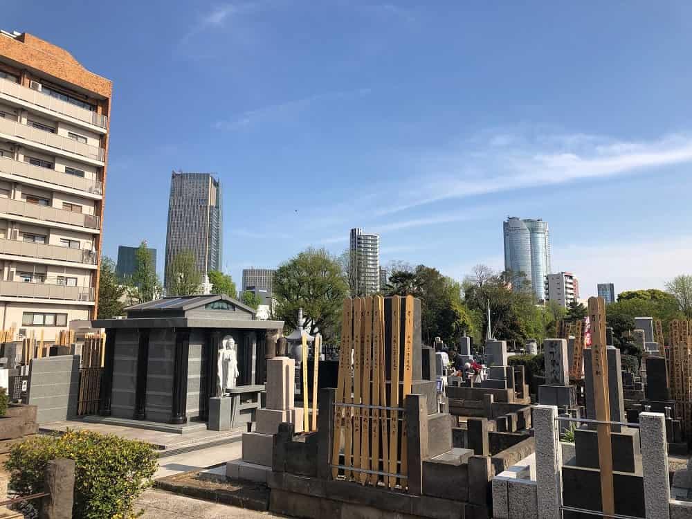 ワンランク上の街「青山」の裏手に佇む緑まぶしい高級霊園「青山墓苑」を取材しました。