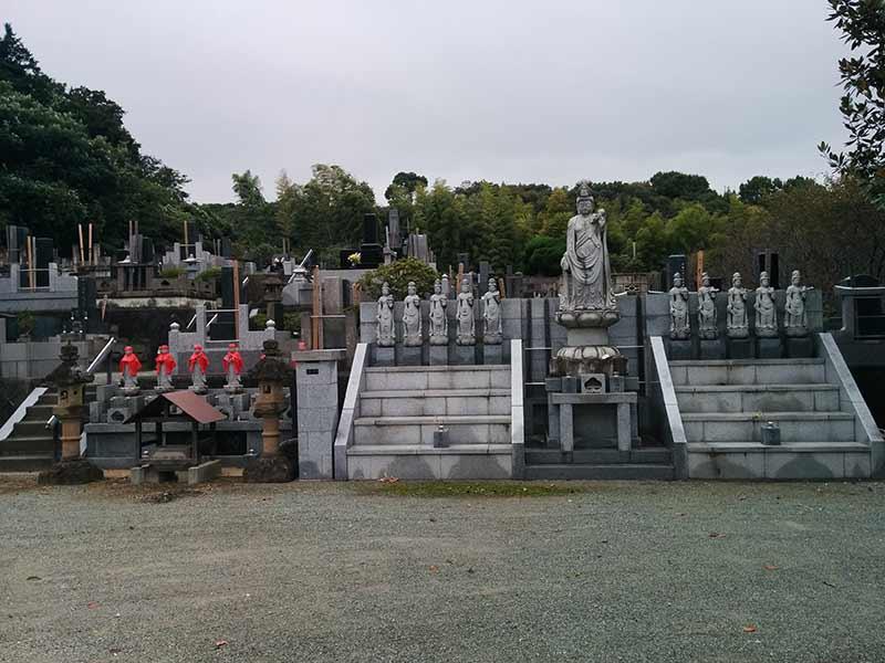 龍洞院 墓域を見守る観音像
