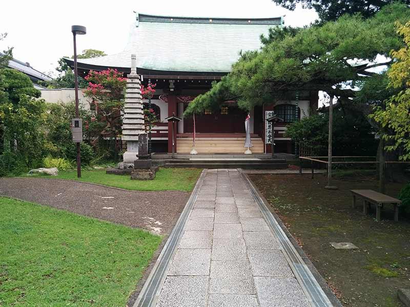 安立寺 色鮮やかな植栽が施された本堂