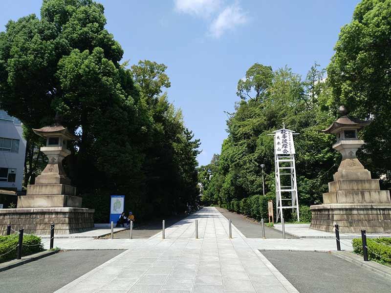 大本山 總持寺(総持寺) 大きな灯篭と緑豊かな参道