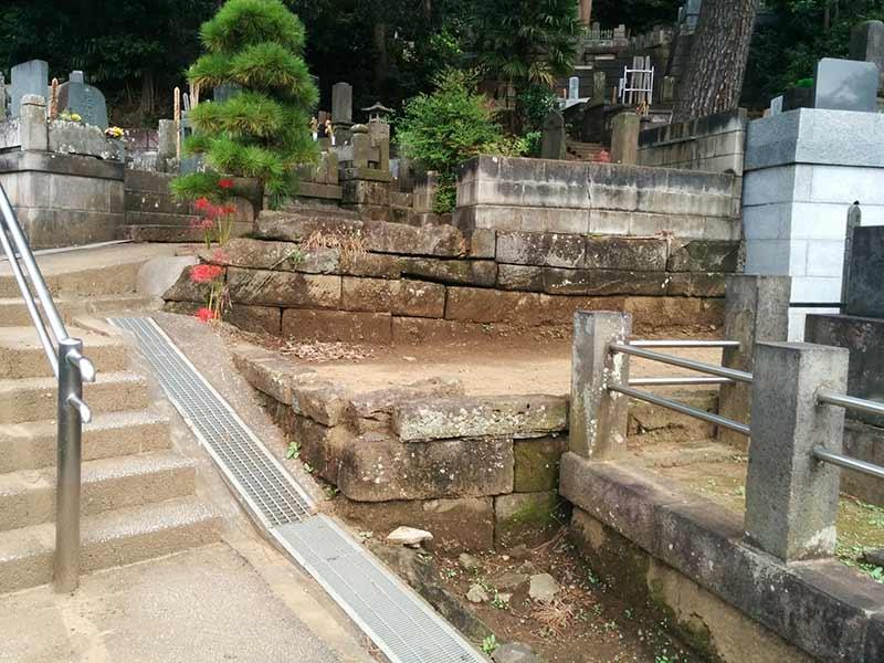 妙秀山 樹源寺 手すり付きの階段