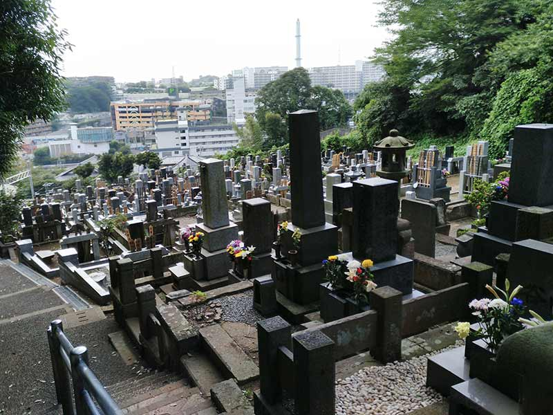 妙秀山 樹源寺 斜面に建つ和型墓石