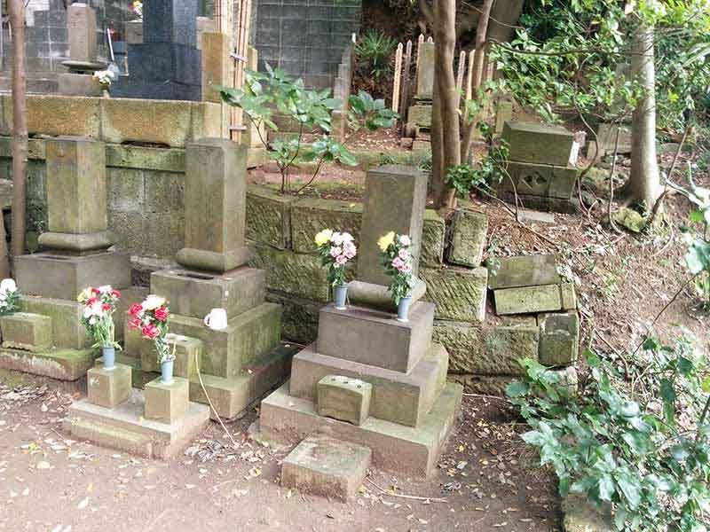 妙秀山 樹源寺 花が供えられた墓石