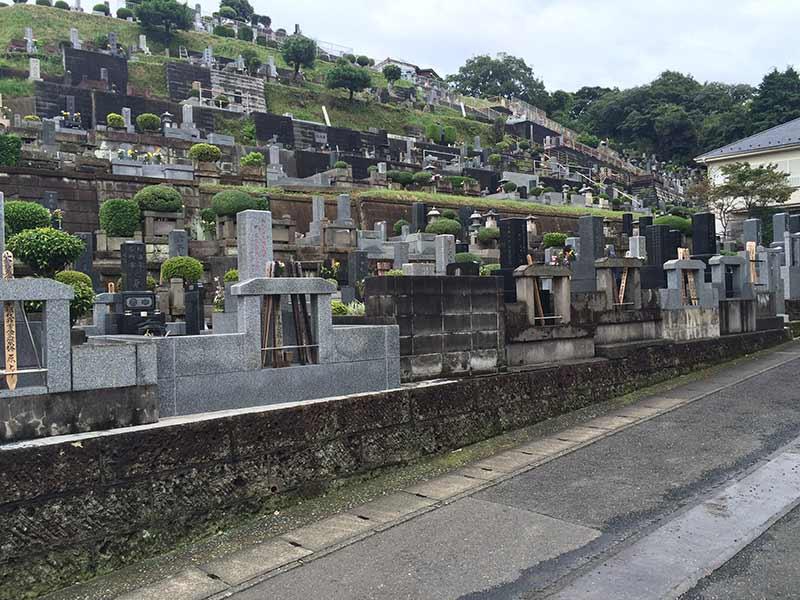 東光寺 斜面に沿って墓石が並ぶひな壇式
