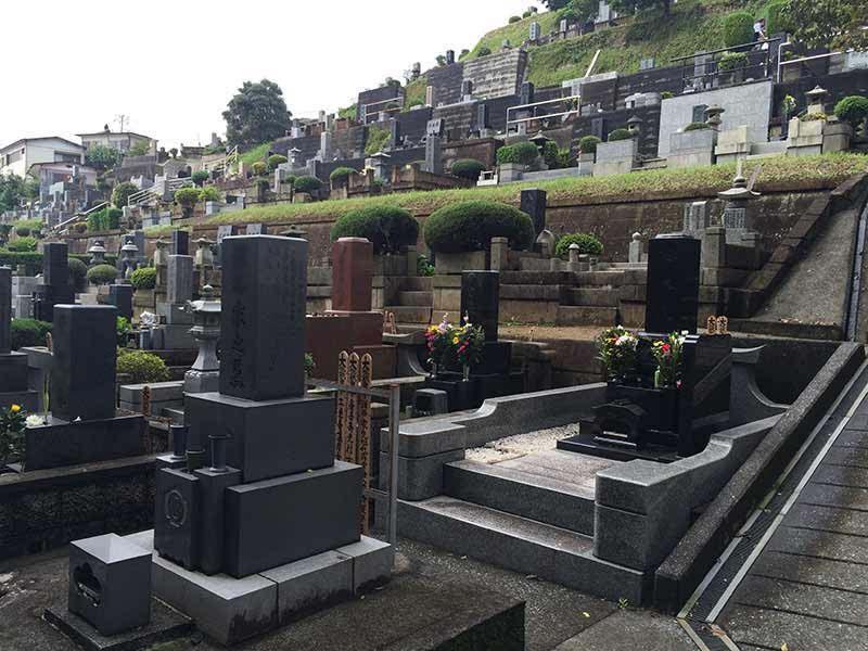 東光寺 様々な色の墓石