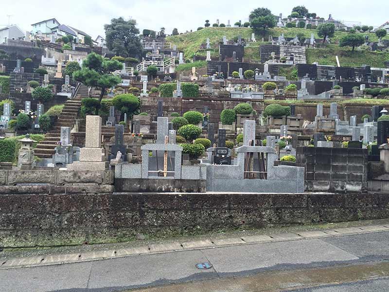 東光寺 緑豊かな墓地内