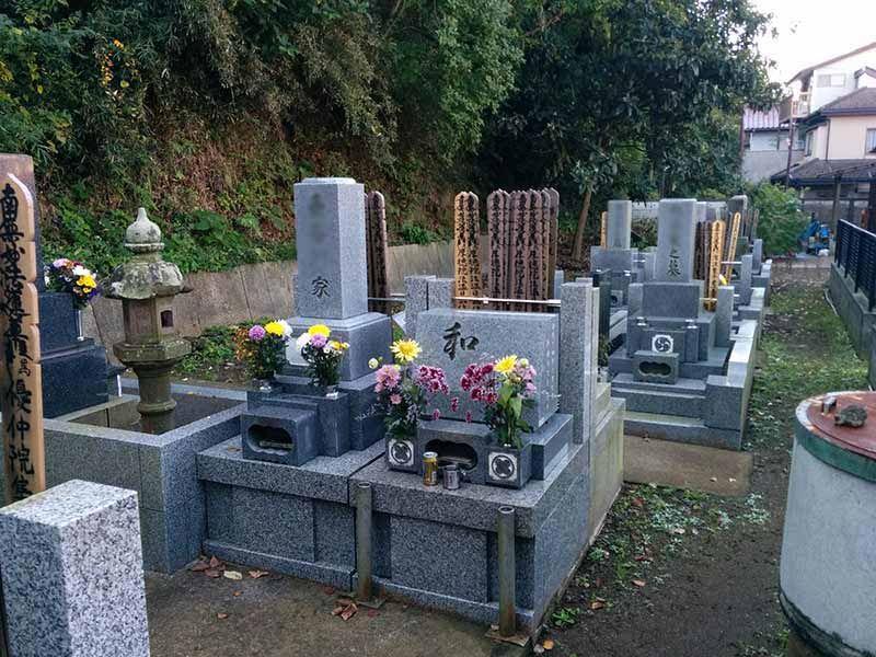 飯盛山仁王院 鎖大師青蓮寺 自然に囲まれた静かな墓域