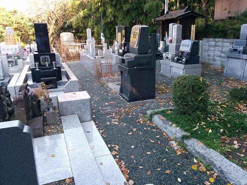 飯盛山仁王院 鎖大師青蓮寺 様々な墓石デザインが並ぶ墓域