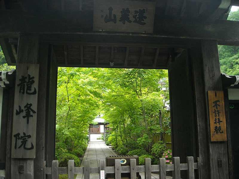 龍峰院 山門から見える境内の様子