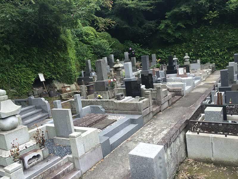 龍峰院 参道は舗装されており歩きやすい墓域