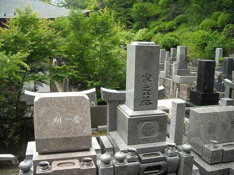 龍峰院 洋型・和型の墓石が並ぶ墓域