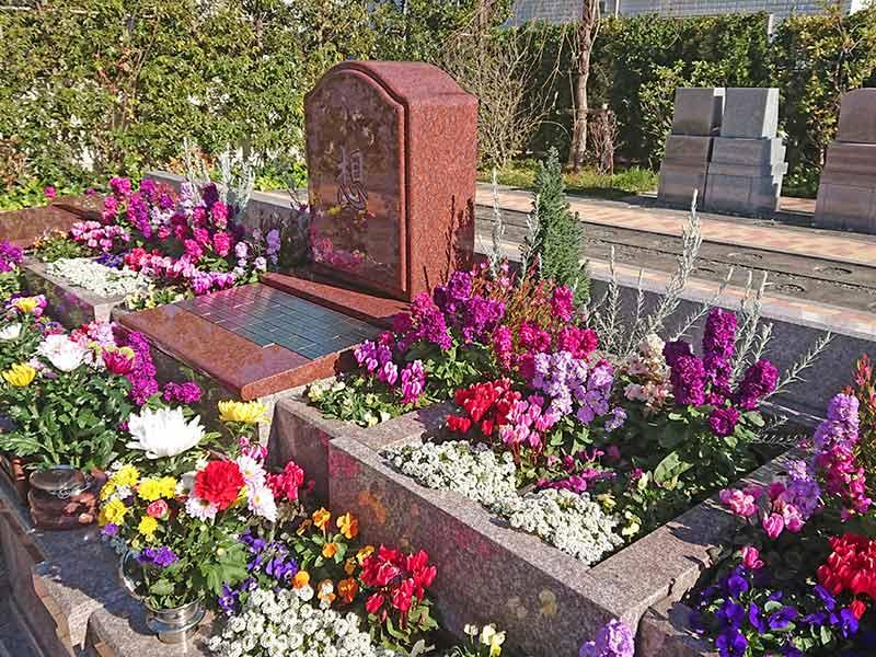 世田谷やすらぎ墓苑 花壇葬セレナージュ 色とりどりの花でつくられた花壇葬