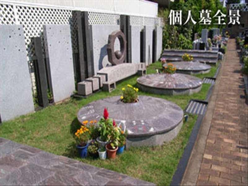 メモリアルガーデン調布 永代供養墓「悠久の丘」 花に囲まれた個人墓全景