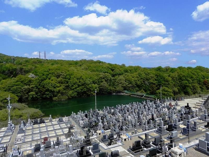 青空が広がるそよかぜ霊園の敷地と池