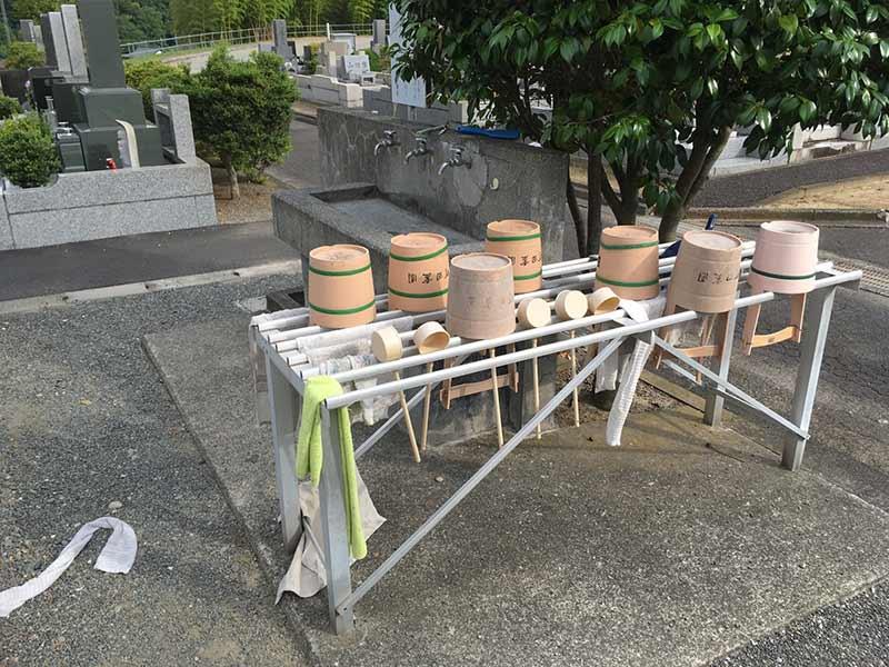 グリーンパーク新町田霊園 十分な数の柄杓とバケツ