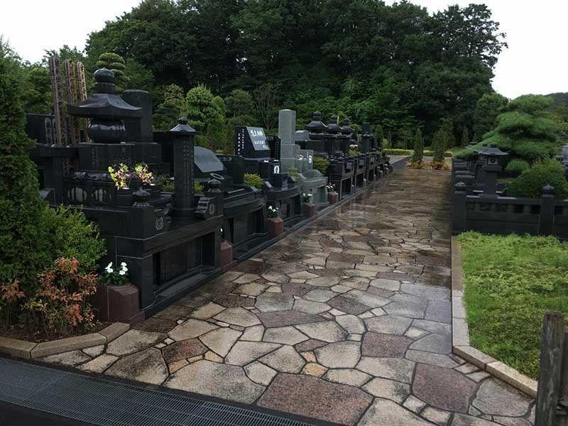合掌の郷 町田小野路霊園 様々なデザインの墓石が並ぶ墓域