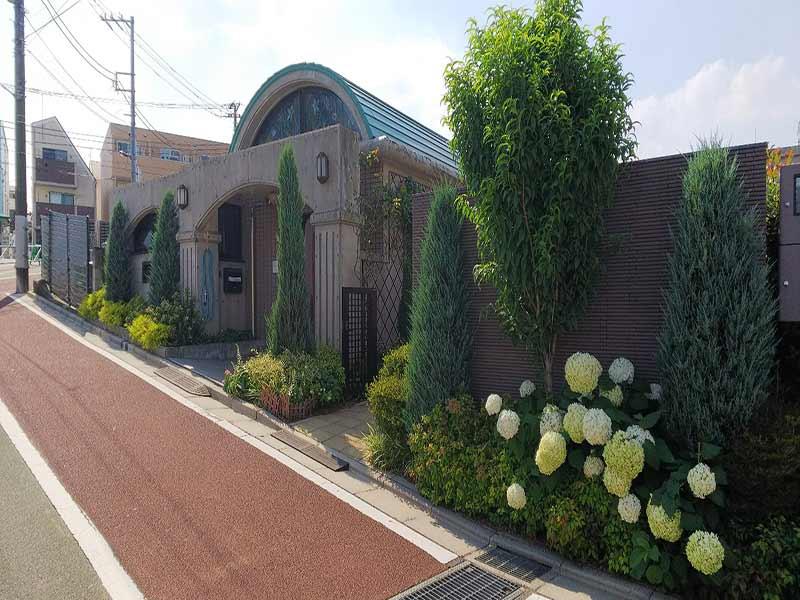 板橋向原浄苑 永代供養墓「風の標識」 手入れが行き届いている植栽