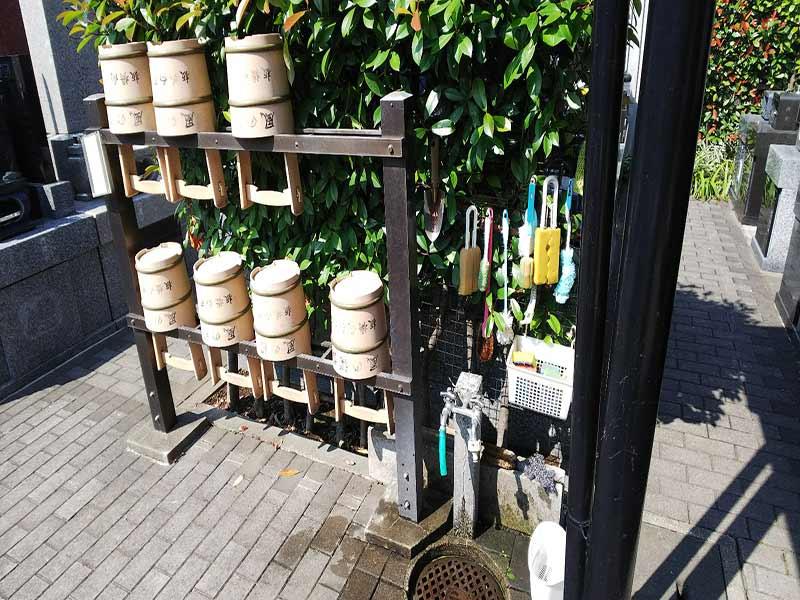 板橋向原浄苑 桶がきちんと並べられている水汲み場の様子