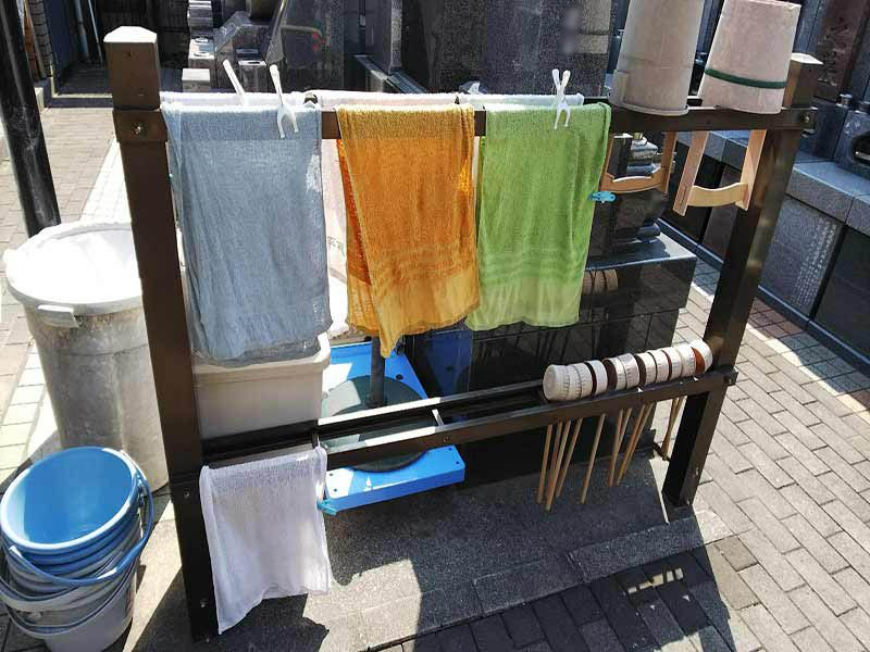 板橋向原浄苑 永代供養墓「風の標識」 用意されている掃除用具