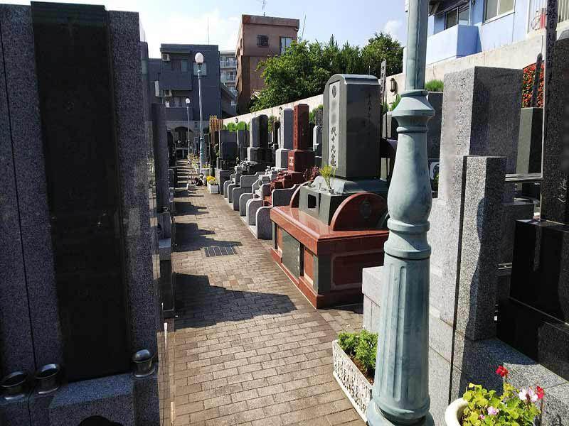 板橋向原浄苑 真っ直ぐにのびるレンガ調の参道