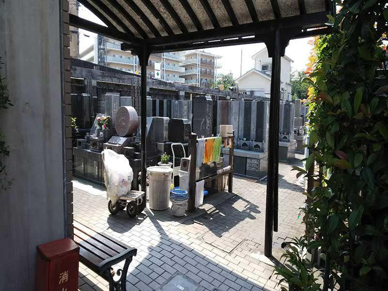 板橋向原浄苑 エントランス近くにある水汲み場