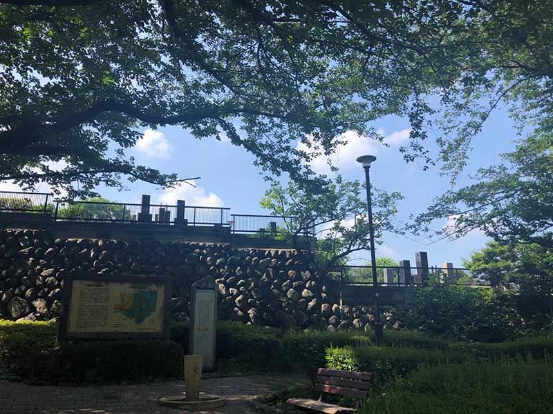 西嶺浄苑 さくら観音 木陰の休憩ベンチ