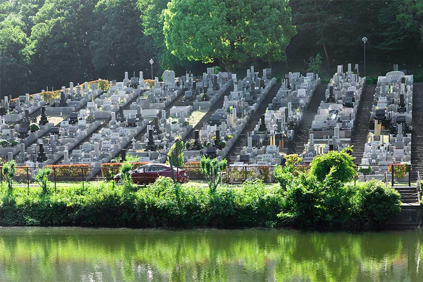 森林湖畔霊苑の広大な湖