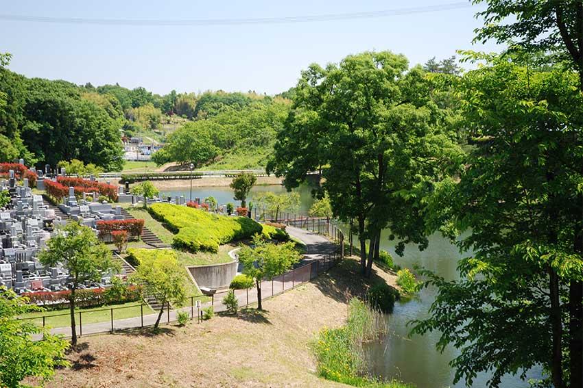 森林湖畔霊苑の湖付近の墓域