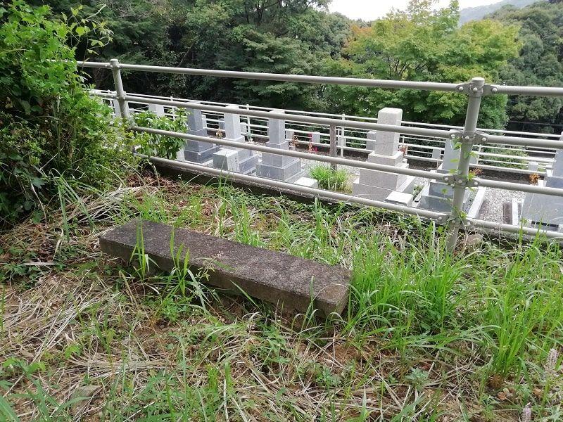 御油霊園にある石のベンチ