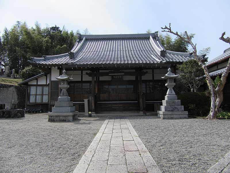 無量寿寺(草津市) 墓地横にある本堂
