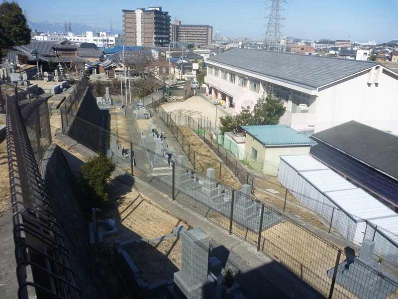 無量寿寺(草津市) 同一方向で並ぶ墓石