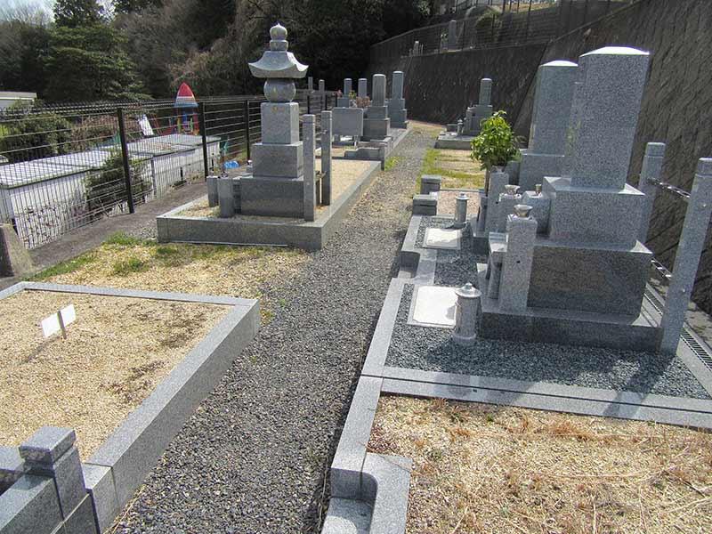 無量寿寺(草津市) ゆったりとした広さに建立された墓石