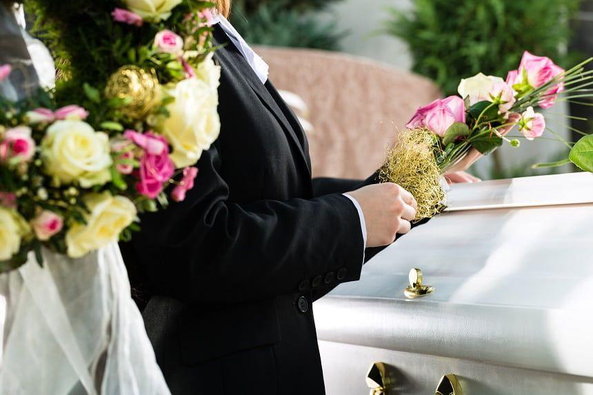 棺に花を添える人