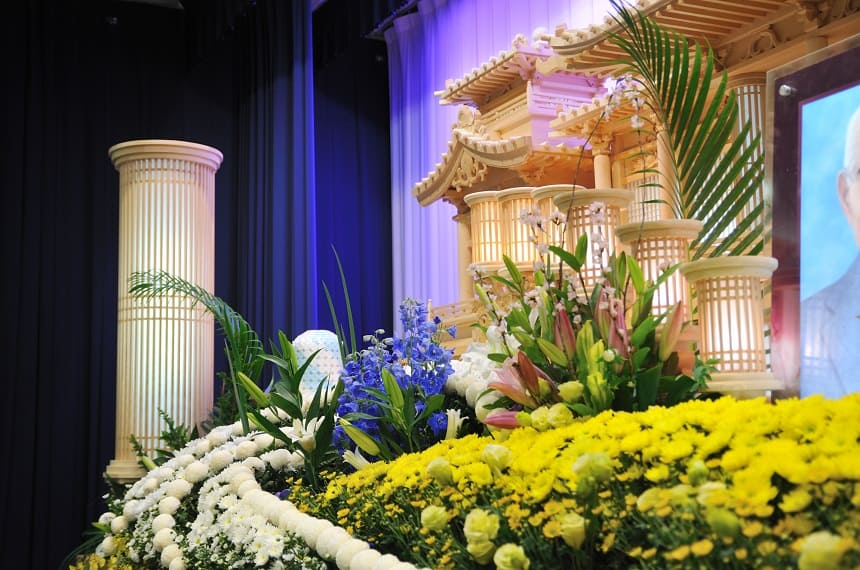 花が多い祭壇