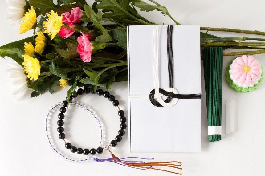 香典袋と数珠と線香と仏花
