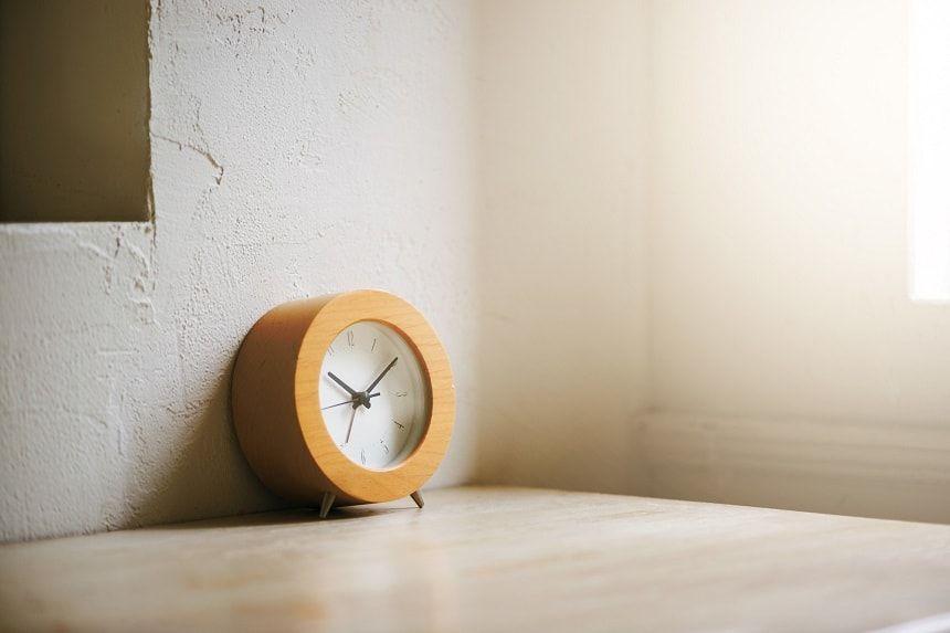 白い壁に立てかけられている時計