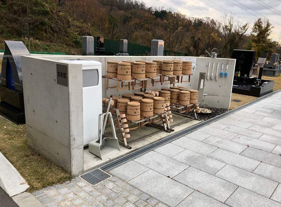 大阪メモリアルパークに備えられている柄杓と桶