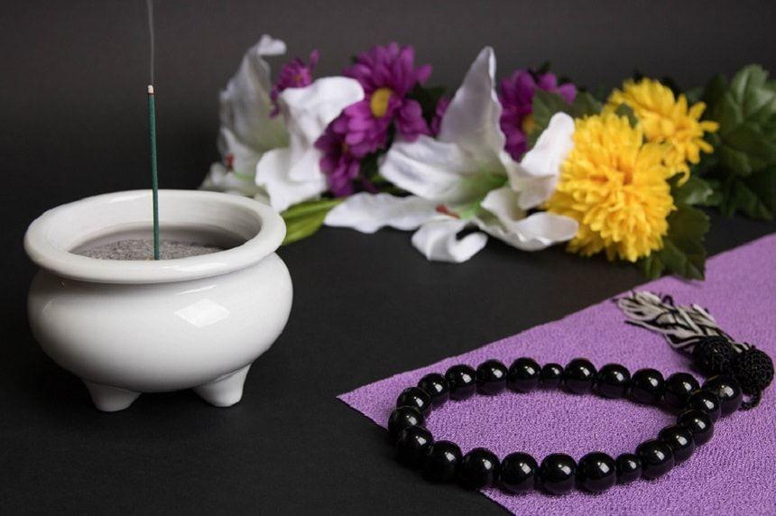 線香と数珠と仏花