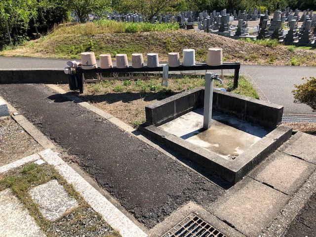 五色園墓地の区画に設置された水汲み場