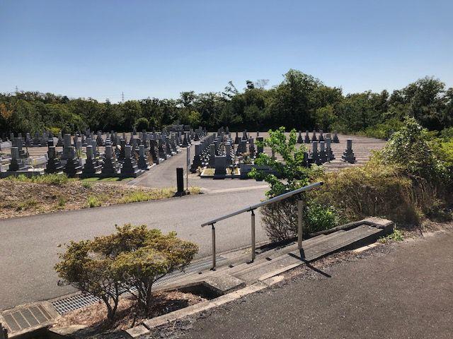 五色園墓地の区画間の様子