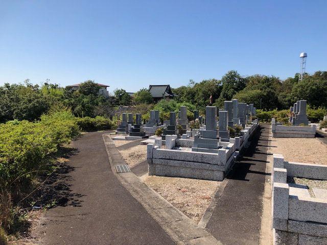 五色園墓地の区画からみた本堂
