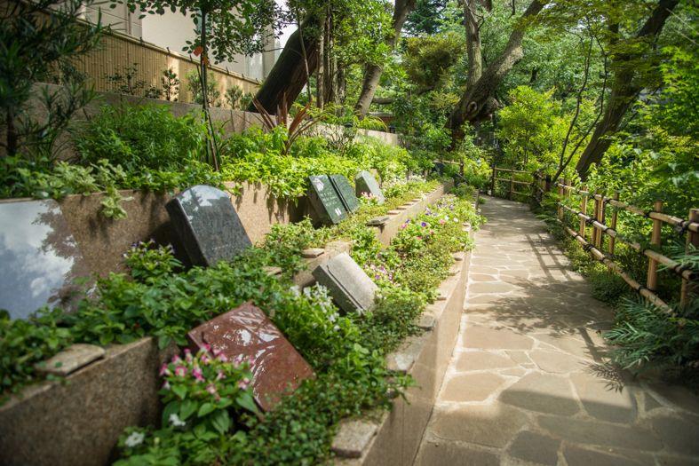 高輪墓苑 正満寺の緑にあふれた洋型墓石