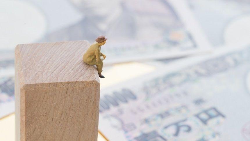 お金のことを考える老人