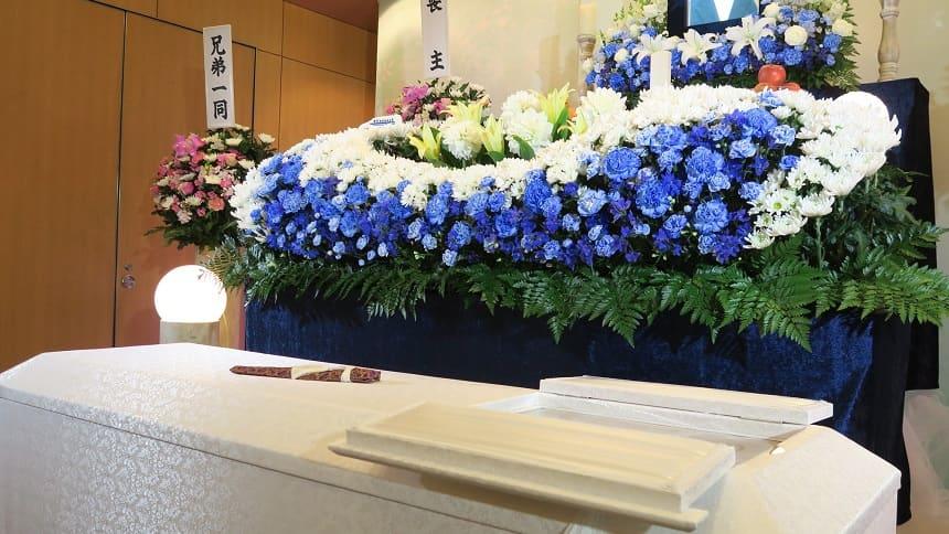 家族葬の小さな祭壇と一般的なお棺